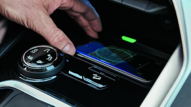 /image/50/5/new-3008-suv-smartphone-charging-plate.273505.jpg