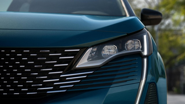 New PEUGEOT 5008 SUV: full LED headlights